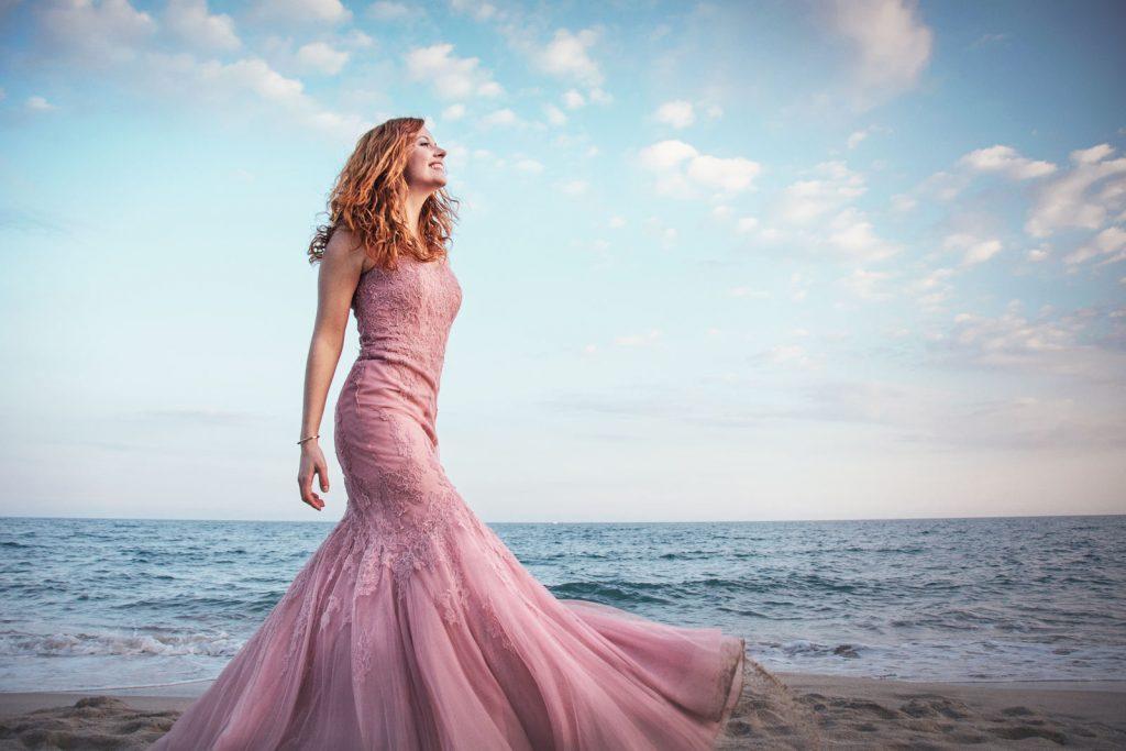 Fatima Ayats cantante y modelo con vestido de Pronovias de color rosa en la playa